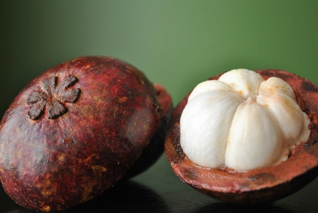 how to eat purple mangosteen